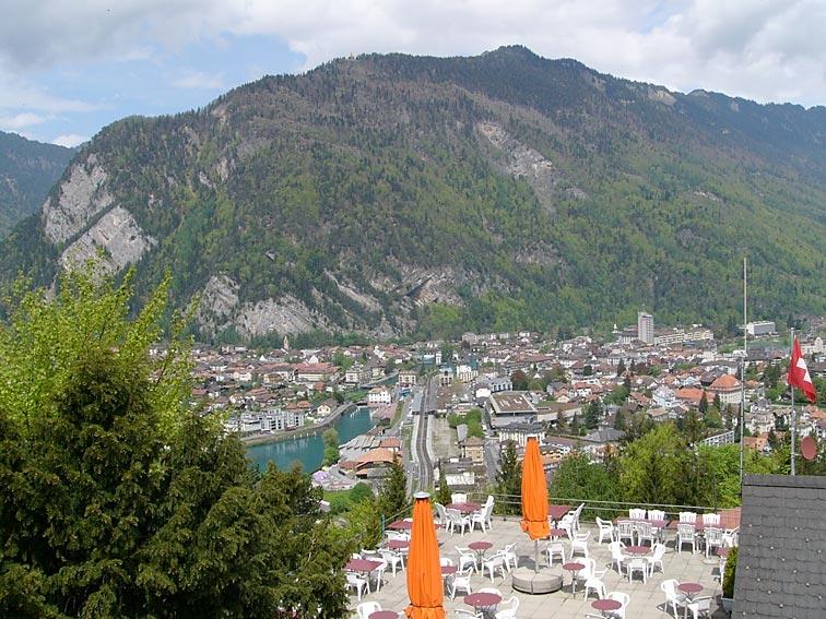 Blick vom Aussichtsturm über die Terrasse des Restaurants gegen Interlaken und den Harder