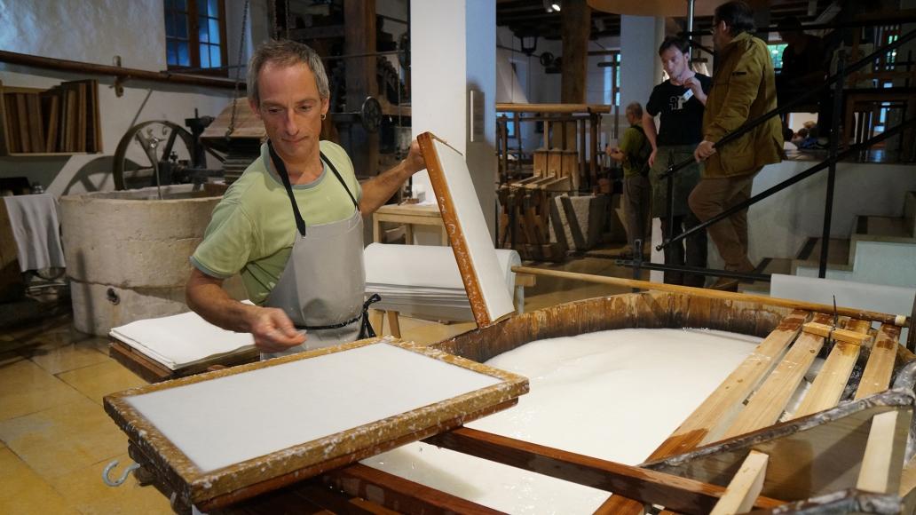 Papiermacher beim Schöpfen
